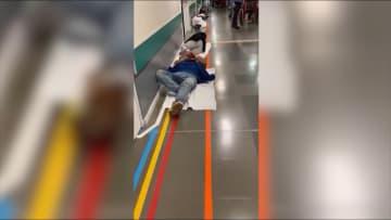 مرضى فيروس كورونا على الأرض بمستشفى في إسبانيا.. والكادر الطبي يستخدم كيس القمامة كثوب واقي
