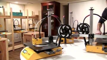 زوجان يستخدمان طابعة ثلاثية الأبعاد لصنع مستلزمات طبية لمكافحة فيروس كورونا
