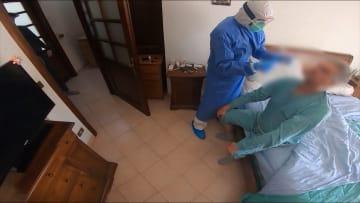 حتى لا يتطور مرض فيروس كورونا إلى أعراض خطيرة..طبيب إيطالي يجري زيارات منزلية ويقدم العلاج بشكل فوري