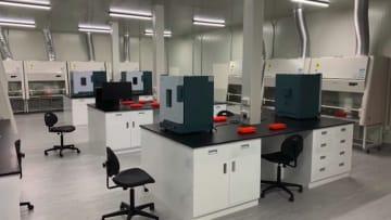 شاهد.. بناء مختبر لإجراء فحوصات فيروس كورونا بالإمارات في 14 يومًا