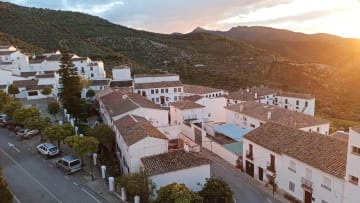 بلدة إسبانية خالية من فيروس كورونا تطبق قواعد صارمة للتباعد الاجتماعي