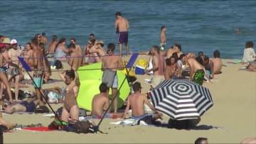 شواطئ برشلونة مكتظة بالناس بعد تخفيف القيود في إسبانيا