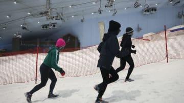 دبي تنظم سباق الجري الثلجي في ذروة حرارة الصيف