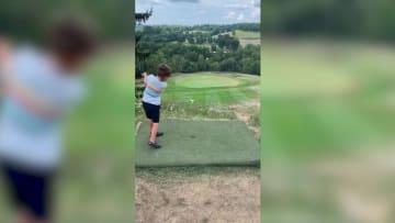 شاهد رد فعل لاعب غولف بعمر 4 سنوات بعد إدخال الكرة في الحفرة من أول مرة