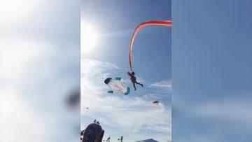 طفلة تحلق في الهواء بالخطأ بعدما علقت بطائرة ورقية