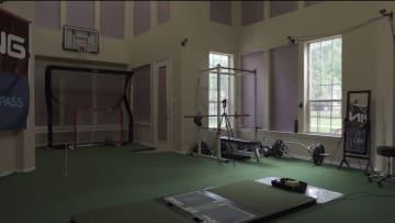 في غرفة المعيشة هذه في دالاس..مدرب يستخدم التكنولوجيا الميكانيكية الحيوية لتغيير لعبة الغولف