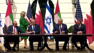 شاهد.. لحظة توقيع الإمارات والبحرين للسلام مع إسرائيل في البيت الأبيض