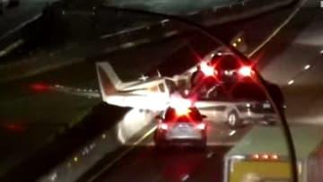 شاهد.. لحظة تحطم طائرة واصطدامها بسيارة عند هبوطها على طريق سريع