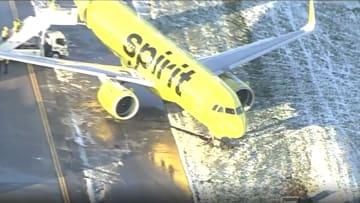 شاهد اللحظات الأولى بعد انزلاق طائرة ركاب عند هبوطها على مدرج متجمد