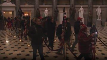شاهد.. متظاهرون يقتحمون مبنى الكونغرس ويتجولون فيه