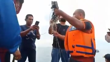 شاهد.. لحظة العثور على حطام يعتقد أنه للطائرة الإندونيسية المفقودة