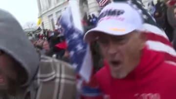 أنصار ترامب يهاجمون طاقم CNN أثناء أعمال الشغب.. شاهد ما حدث