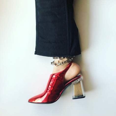 """كيف صممت هذه الإماراتية حذاء بكعب عالي ذو """"هوية بدوية""""؟"""