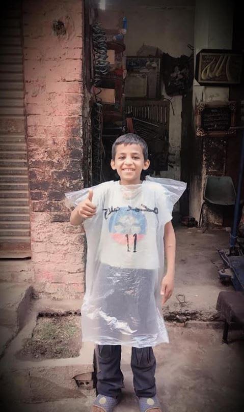 """على خطى """"الطفل ميسي"""".. طفل مصري يرتدي قميصاً بلاستيكياً لمحمد صلاح"""