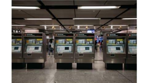 """لحظة هادئة نادرة في مترو هونغ كونغ """"MTR"""" الذي عادةً ما يفيض بالركاب."""