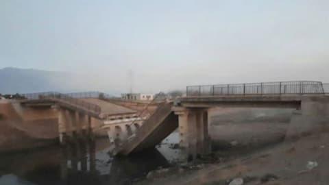 جيش الفتح يعلن تفجير جسر التوينة وقصف معسكر للنظام كرد على غارات إدلب
