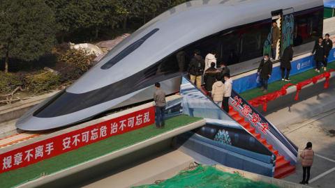 الصين تكشف عن قطار مغناطيسي معلق يتنقل بسرعة فائقة تصل لـ620 كيلومتر في الساعة