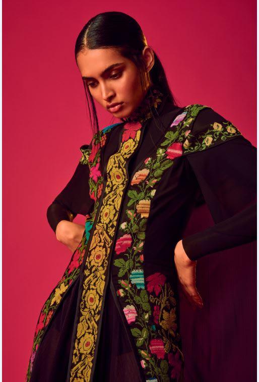 شابة فلسطينية تصمم ملابس لرسالة