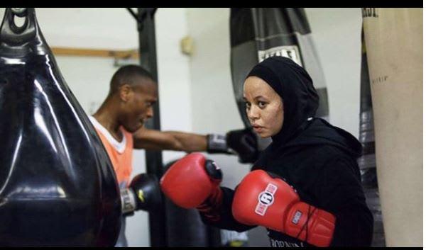 بعد أن خيروها بين الحجاب والملاكمة.. هكذا قررت أميا اللحاق بحلمها