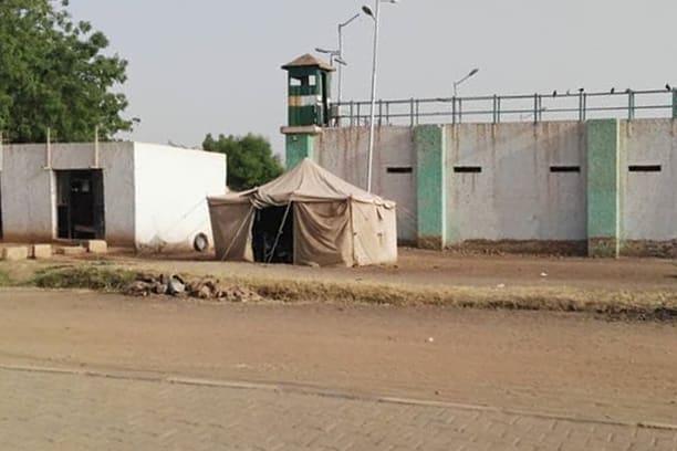 """مسؤول بسجن كوبر في السودان يتحدث لـCNN عن وضع البشير.. وأوغندا """"ستنظر"""" بطلب لجوء"""