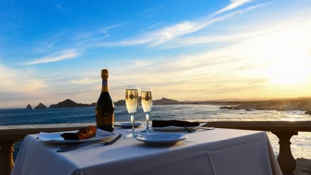 هل تبحث عن مطعم رومانسي لقضاء ليلة عيد الحب؟ إليك هذه الخيارات