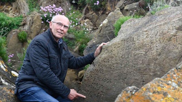قرية فرنسية تمنح مكافأة مالية لمن يفك أحجية هذه الصخرة