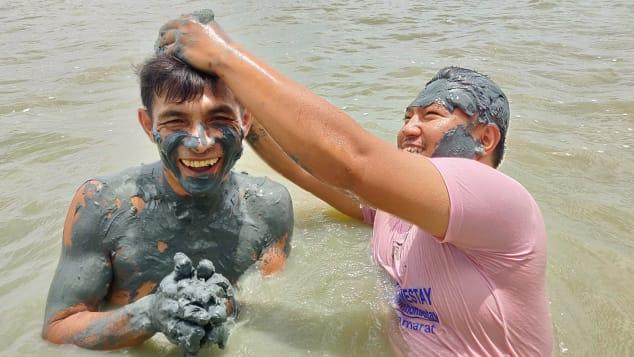 بين حمّامات الطين وصيد المحار … هكذا يروج السكان المحليين للسياحة في تايلند