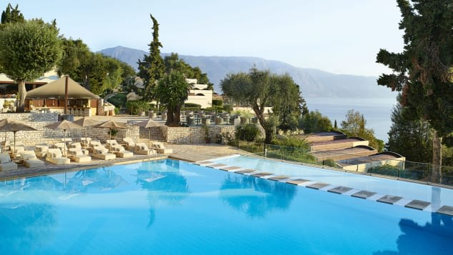 أفخم 10 فنادق مطلة على البحر في اليونان