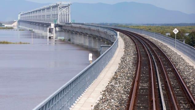 اكتمال أول جسر للسكك الحديدية عبر النهر بين الصين وروسيا