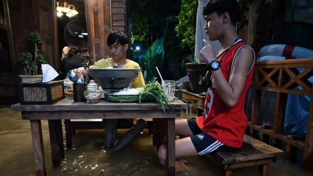 فيضان النهر أوصل مطعمًا صًغيرًا في تيلاندا إلى العالمية