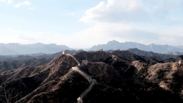 رجل يقضي كل حياته للسير على طول سور الصين العظيم
