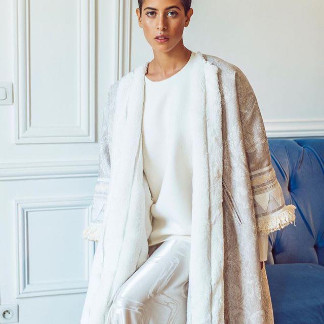 معطف رجالي تقليدي يتحول إلى قطعة نسائية على يد هذه العلامة السعودية