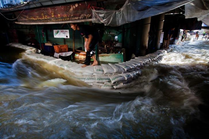 هذا المنتزه يواجه الفيضانات في مدينة على شفير الغرق
