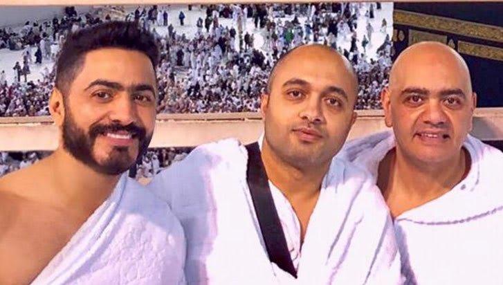 """بعد حفل """"أسطوري"""" بالسعودية.. تامر حسني يؤدي مناسك العمرة"""