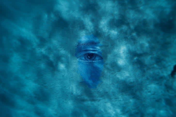 تعرفوا إلى الفنان الذي اختار الرسم تحت الماء دون أدوات أكسجين