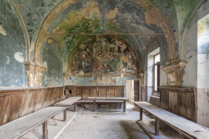 كيف تجسد هذه الوحات الجدارية المهجورة اهتمامات الطبقة الراقية؟