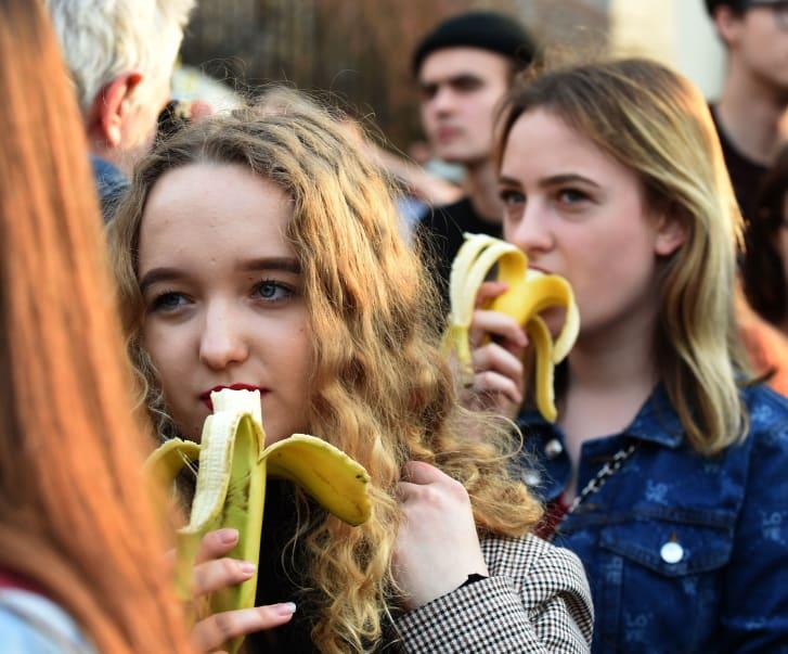 بعد قرار إزالة عمل فني.. مظاهرة لتناول الموز تجتاح وسائل التواصل، فما السبب؟