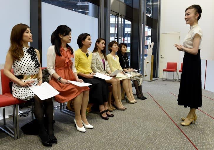 بدأت في بريطانيا والآن في اليابان.. أتخص أزياء العمل.. فما القصة؟