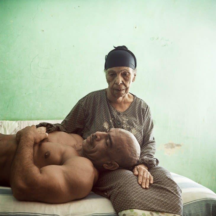 """""""الأم والابن"""".. صور للحظات حميمية بين بناة أجسام وأمهاتهم بمصر"""