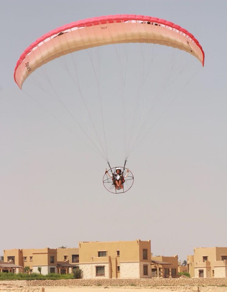 """يارا شلبي.. أول مصرية وعربية تقتحم عالم رياضة """"الباراموتور"""""""