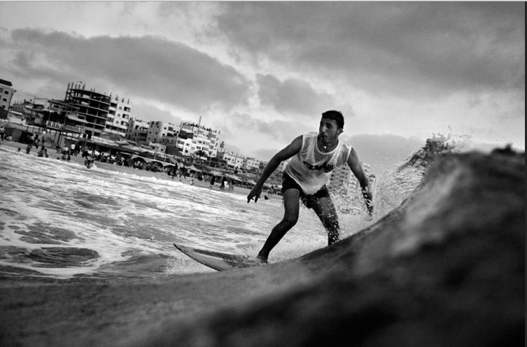 """في بحر """"السجن المفتوح"""" يتغلب شباب غزة على أمواج القهر والحظر"""