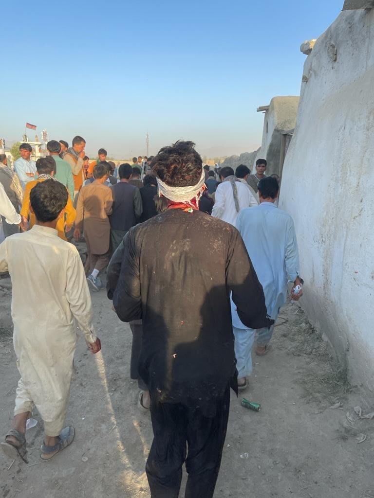 جرحى أفغان في الانفجار الذي وقع خارج مطار كابول