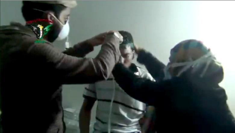 بالفيديو من سوريا: هجوم بغاز سام في بلدتين وتبادل للاتهامات بين النظام والمعارضة