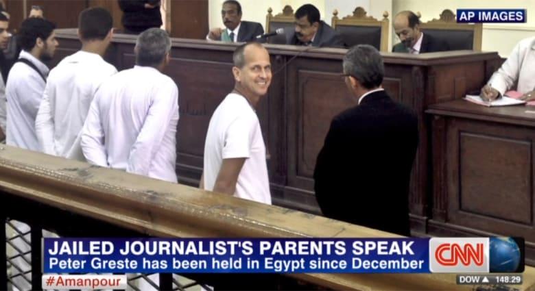أم صحفي الجزيرة الاسترالي الموقوف بمصر: يقرأ علب الطعام والشراب وصنع شمسا بزنزانته