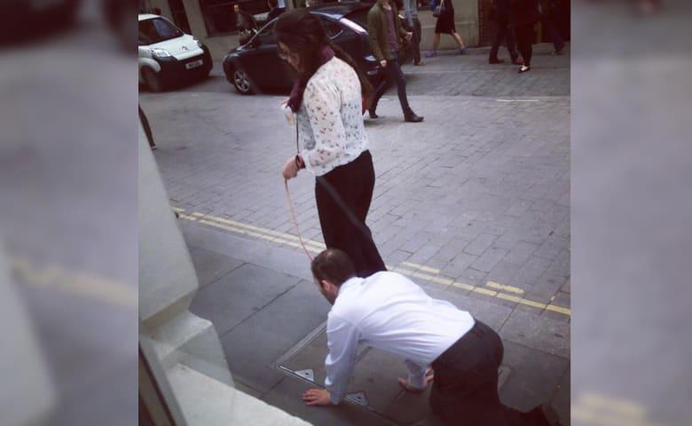 بالفيديو: سرّ المرأة التي تجرّ رجلا كالكلب وسط لندن