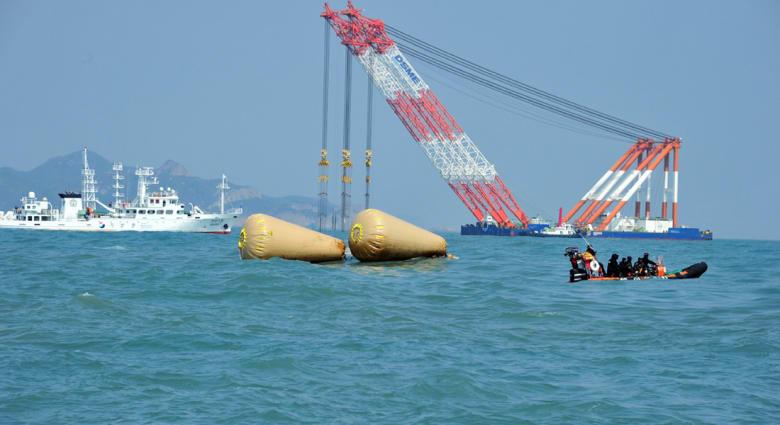 كارثة السفينة الكورية: 62 جثة و240 مفقودا معظمهم من الطلاب.. وانتحار إداري بالمدرسة