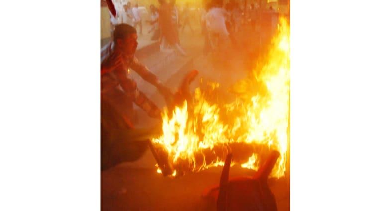 أمام الكاميرات .. هندي يشعل نفسه ليحرق مرشحا للانتخابات