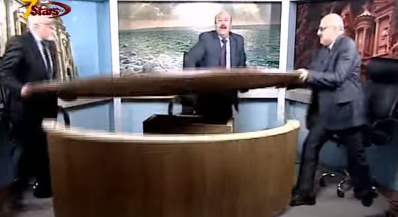 """الأزمة السورية: متحاوران يقلبان الطاولة على الهواء.. وتمزيق """"العلم"""" بحفلة علي الديك"""