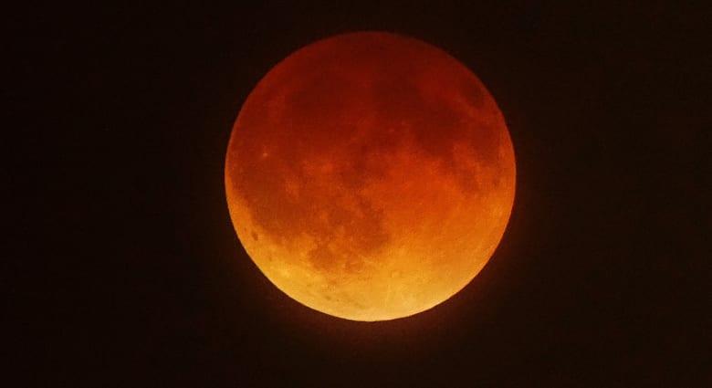 """هل ينبئ قمر الدم بـ""""حدث جذري"""" يغير من الشرق الأوسط؟"""