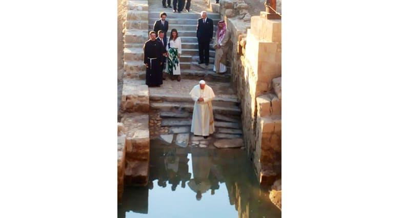"""البابا يدعو إلى حوار """"بين الإخوة"""" في سوريا ويتوشح بالشماغ في نهاية رحلة الحج للأردن"""